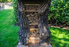 Dekorativt hus som göras av ihåligt gammalt trä för vedträ royaltyfri bild