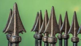 Dekorativt inristat stålspjutstaket royaltyfri fotografi