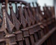 Dekorativt järnstaket med finials överst arkivfoto
