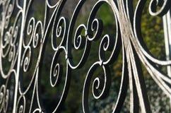 Dekorativt järnstaket med runda spiraler arkivbilder