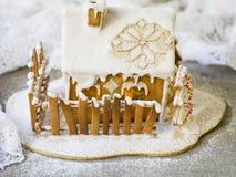 Dekorativt julpepparkakahus i snö royaltyfri fotografi