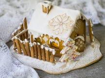 Dekorativt julpepparkakahus i snö arkivfoton