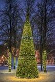Dekorativt julträd på gatan arkivbilder