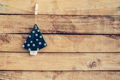 Dekorativt julträd som hänger på trä för julbackgr Fotografering för Bildbyråer