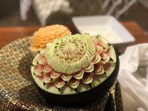 Dekorativt klipp på grönsaker och frukter i form av en blomma royaltyfria foton