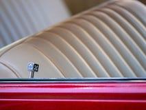 Dekorativt lås för dörr för krimskramstärningbil på en lowrider med leathe royaltyfria foton