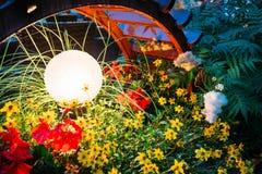Dekorativt litet trädgårds- ljus, lyktor i rabatt i gräsplan F royaltyfria bilder