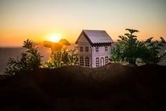 dekorativt litet trähus på solnedgångbakgrunden arkivfoto