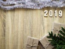 Dekorativt lyckligt nytt år 2019 med gåvaasken på trä royaltyfri fotografi