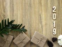 Dekorativt lyckligt nytt år 2019 med gåvaasken på trä royaltyfri foto
