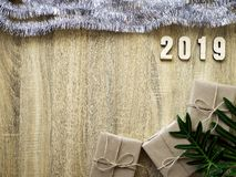 Dekorativt lyckligt nytt år 2019 med gåvaasken på trä fotografering för bildbyråer