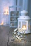 Dekorativt lykta, stearinljus och julpynt Arkivbild