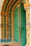 Dekorativt mång--färgat träfullföljande på ingången till den gamla ortodoxa kyrkan Royaltyfria Bilder