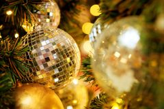 Dekorativt med spegelbollen eller jul klumpa ihop sig för glad jul och lyckliga nya år festival med bokehbakgrund royaltyfri fotografi