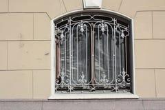 Dekorativt metallraster med blommor royaltyfri bild