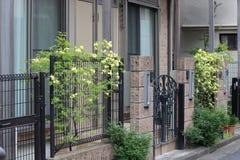Dekorativt metallstaket framme av den bostads- byggnaden i staden fotografering för bildbyråer