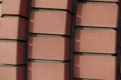 Dekorativt murverk som göras av tegelstenar för rödaktig apelsin Arkivfoto