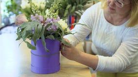Dekorativt rep för kvinnaband runt om asken med blommasammansättning lager videofilmer