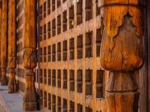 Dekorativt snidit trägaller på det gamla fönstret i Bukhara, Uzbekistan royaltyfri foto