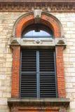 Dekorativt stängt med fönsterluckor externt fönster Royaltyfri Bild