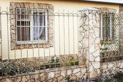 Dekorativt staket för metall med dörren och port av det moderna staketet Ideas för stildesignmetall arkivfoto