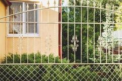 Dekorativt staket för metall med dörren och port av det moderna staketet Ideas för stildesignmetall arkivbild