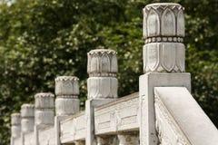 Dekorativt stena ledstången i porslin utomhus arkivfoton