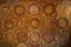 Dekorativt stuckaturtak av ett uttryck i Pompeii Arkivfoto