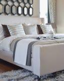 Dekorativt svart magasin av teservisen på sängen i modern sovruminre royaltyfri fotografi