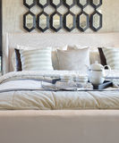 Dekorativt svart magasin av teservisen på sängen i modernt sovrum arkivfoton