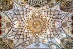 Dekorativt tak av Borujerdi det historiska huset Arkivbild