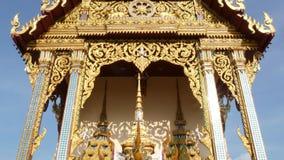Dekorativt tak av den orientaliska templet Guld- dekorativt tak av den traditionella asiatiska templet mot molnfri blå himmel på arkivfilmer