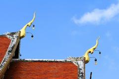 Dekorativt tak Takstil av den thai templet arkivbilder