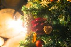 Dekorativt träd för jul med leksaker och brand för gåvaaskar arkivbilder