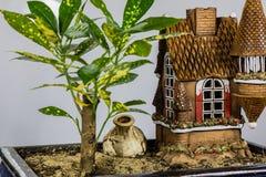 Dekorativt träd- och barns hus För hem- garnering fotografering för bildbyråer