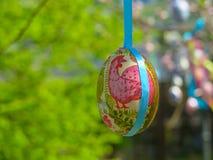 Dekorativt träd som dekoreras med dekorerade påskägg Medborgare Tadic Christian Orthodox religiös festival Royaltyfria Bilder
