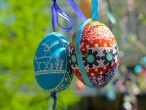 Dekorativt träd som dekoreras med dekorerade påskägg Medborgare Tadic Christian Orthodox religiös festival Royaltyfri Bild