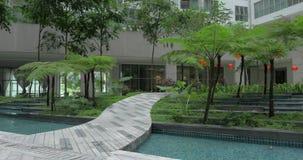 Dekorativt trädgårds- längst ner av flerfamiljshuset arkivfilmer