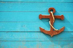Dekorativt tr?havsankare p? bl?tt tr?br?de Barns nautiska tema arkivfoto