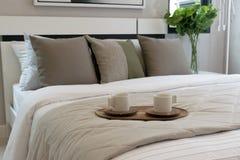 Dekorativt trämagasin på säng arkivfoto
