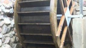 Dekorativt trävattenhjul arkivfilmer