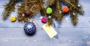 Dekorativt utrymme för kopia för bollleksak- och gåvaetikett Få klar för jul Bästa sikt julpyntför träbakgrund royaltyfria foton