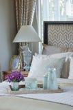 Dekorativt wood magasin av uppsättningen för tekopp på säng i sovrum arkivfoton