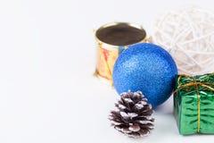 Dekorbeståndsdelar för jul på vit bakgrund Royaltyfri Foto