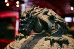 Dekorbeståndsdelen är handtaget av en klocka i form av en drake Stor Klocka tempel beijing porslin royaltyfri foto