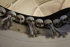 Dekoren av människaskallar och ben i en ossuary av det gotiskt av saintsna för kyrkogårdkyrka allra i Kutna-Hora, tjeckisk republ Arkivfoto