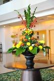 dekoren blommar inomhus arkivfoto