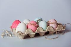 Dekorera ägg Påsken kommer snart arkivbilder