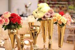 Dekorera blommor på tabellen royaltyfria bilder