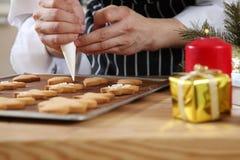 Dekorera den ljust rödbrun brödmannen Fotografering för Bildbyråer